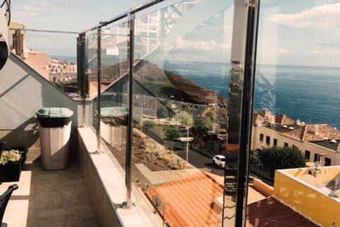 Fabricación y colocación de barandilla de acero inoxidable con cristal para terraza.
